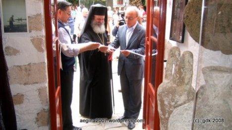 Ο Δήμαρχος κ. Κουκούλης , Ο Μητρπολίτης κ. Εφραίμ και ο κ. Κώστας Γαλάνης κόβουν την κορδ�λα των εγκαινίων του Λαογραφικού