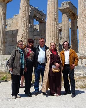 Από την ξενάγηση στην Αφαία , από αριστερά η κ. Νατάλια Κοσένκο Α Γραμματεύς Ουκρανικής πρεσβείας ,η πρέσβυρα και ο πρέσβης Ουκρανίας  κ. Βαλέριος Τσίμπουχ, η ποιήτρια Λουτμίλα Σκιρντά και ο κ. Γιώργος Καλοκέντης