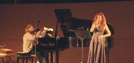 Από την πρώτη ημερα του Φεστιβαλ . Ο Εντουάρντο Χούμπερ στο πιάνο και η Γεωρία Συλλαίου στου τραγούδι  ερμηνεύουν Tangos του Αστορ Πιατσόλλα